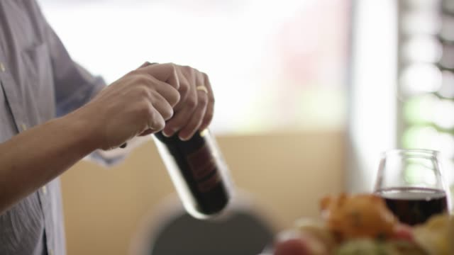 슬로우 모션에 와인 병을 여 - 와인병 스톡 비디오 및 b-롤 화면