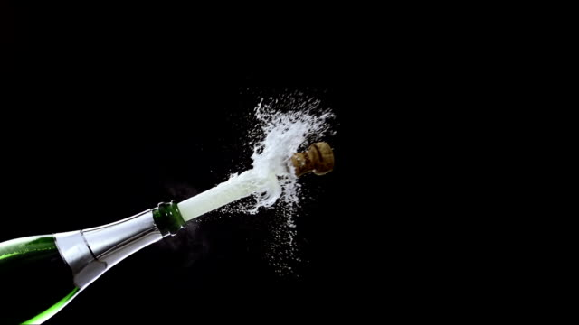 stockvideo's en b-roll-footage met opening a champagne bottle (super slow motion) - kurk