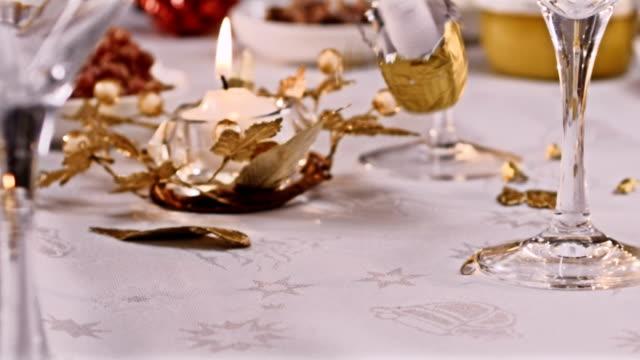 eröffnung champagner. silvester-party gießen champagner. beleuchtung kerze. - champagner toasts stock-videos und b-roll-filmmaterial