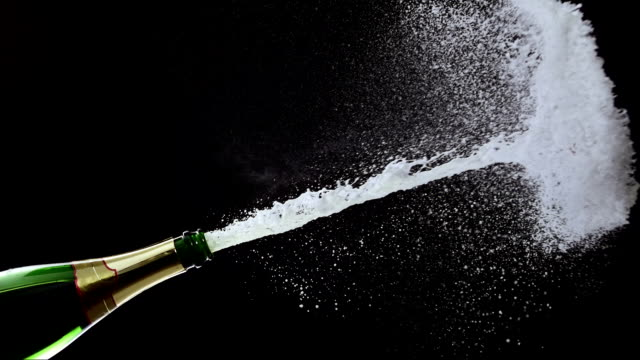 stockvideo's en b-roll-footage met opening a champagne (super slow motion) - kurk