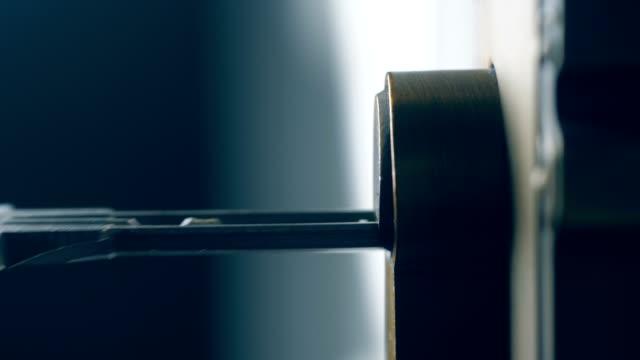 stockvideo's en b-roll-footage met het openen van een deur aan huis met sleutel, close-up - sleutel beveiligingsapparatuur