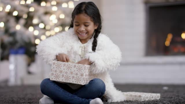 öppna en present - christmas presents bildbanksvideor och videomaterial från bakom kulisserna