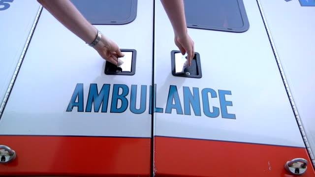 rettungswagen türen öffnen - rettungssanitäter stock-videos und b-roll-filmmaterial