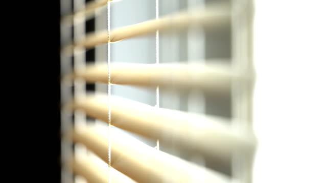 vidéos et rushes de ouverture et fermeture des stores à la maison - chambre