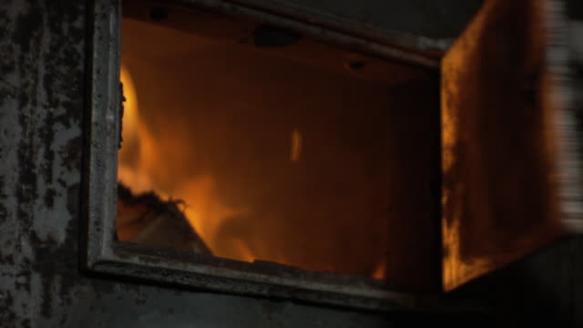 opening and closing the door of a wood stove - fornello video stock e b–roll