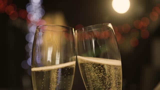 eröffnung und gießen champagner - anstoßen stock-videos und b-roll-filmmaterial