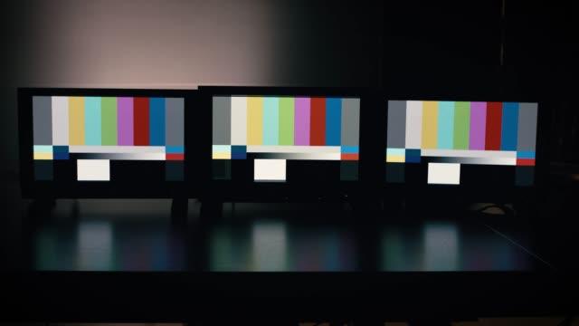 farb-bars test-screen auf filmset öffnen - live ereignis stock-videos und b-roll-filmmaterial