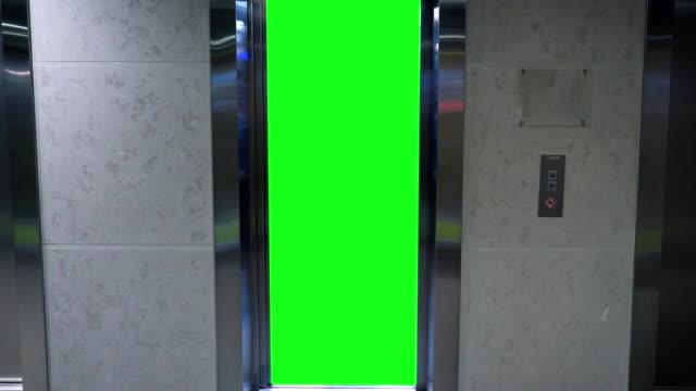 Eröffnung im Aufzug mit Greenscreen. Aufzug im Bürogebäude – Video