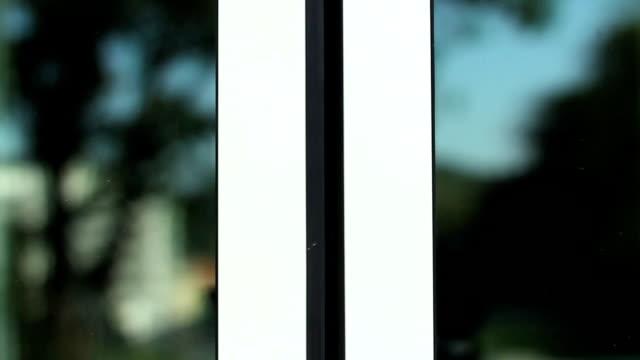 HD GROS PLAN: Ouvrir les portes - Vidéo