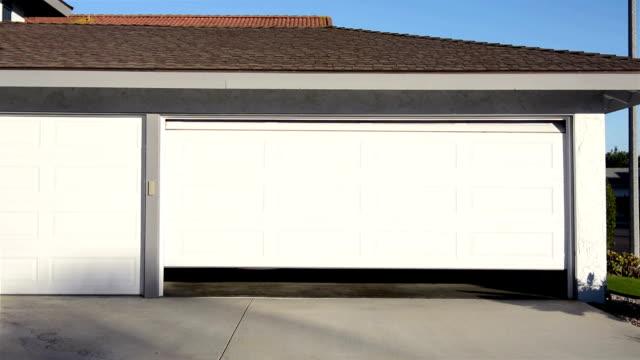 vídeos de stock, filmes e b-roll de abertura de porta da garagem - aberto
