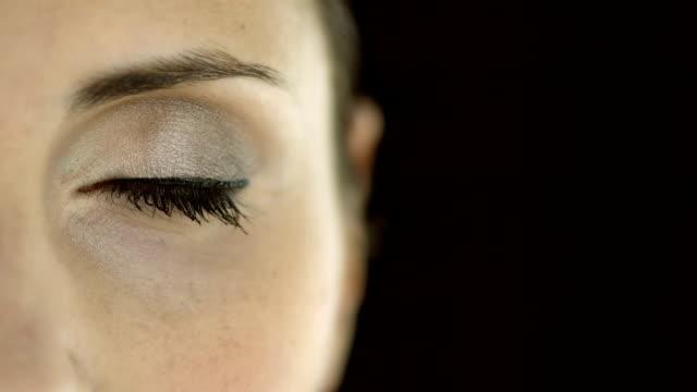 stockvideo's en b-roll-footage met hd: opening made-up eye - oogschaduw