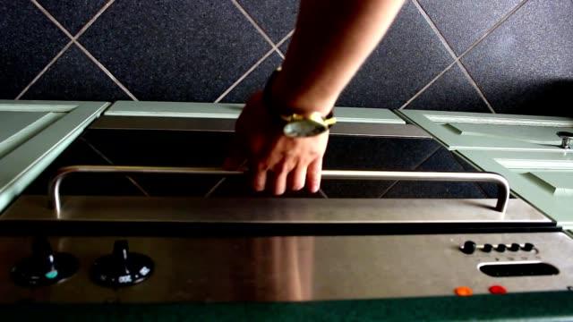 vídeos de stock e filmes b-roll de opening oven releasing smoke from burnt meal - burned oven