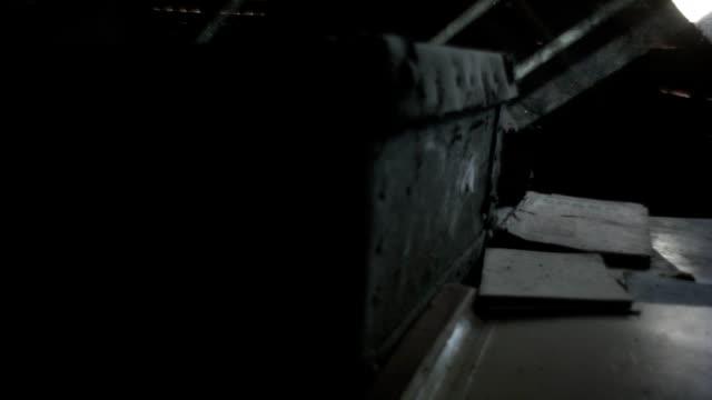 eröffnung-koffer auf dem dachboden, lichtstrahl - dachboden stock-videos und b-roll-filmmaterial