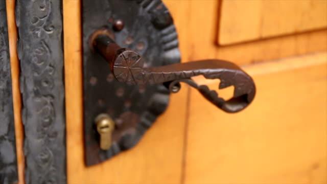 vídeos de stock e filmes b-roll de abrir a porta do antigo - door knock