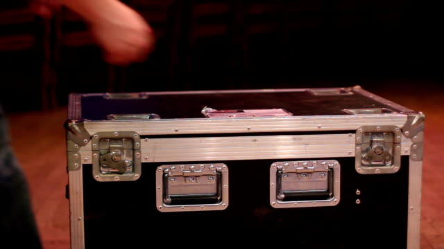 Opening up a flight case on stage video