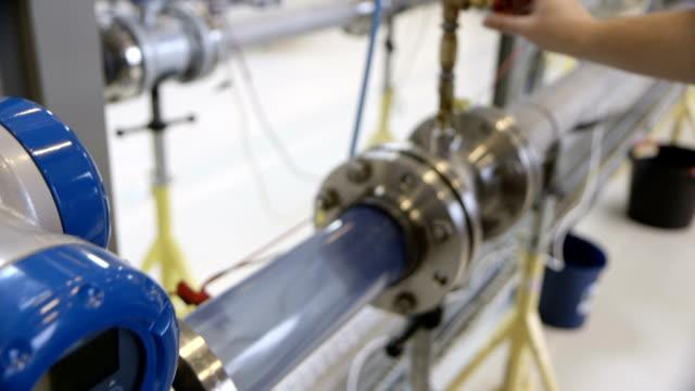 открытие клапана в рабочий процесс - tap water стоковые видео и кадры b-roll
