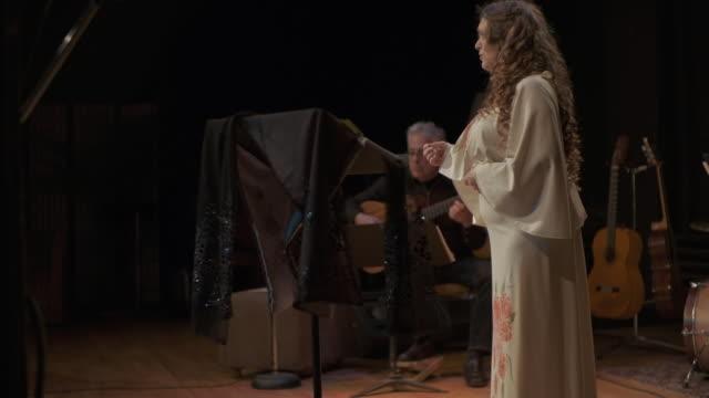 舞台で演奏するオペラ歌手 - オペラ点の映像素材/bロール