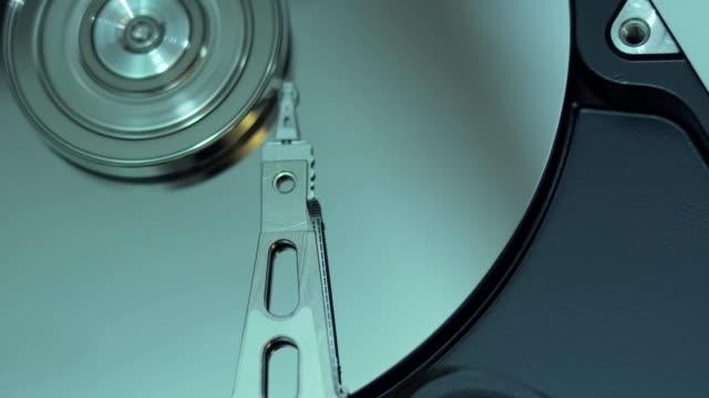 operativen festplatte auf dunklem hintergrund. - tablet mit displayinhalt stock-videos und b-roll-filmmaterial