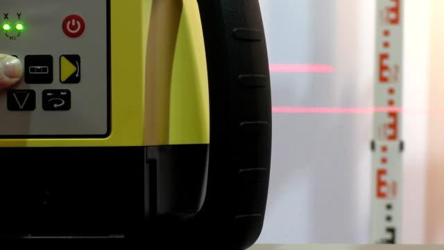 laser livello operativo - spranga video stock e b–roll