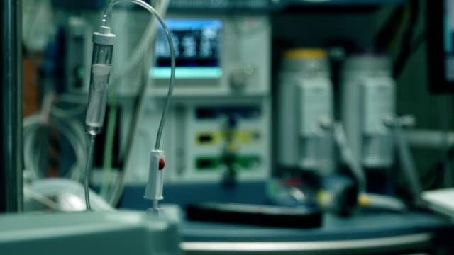 operationssalen. en del av dropp med saltlösning - intensivvårdsavdelning bildbanksvideor och videomaterial från bakom kulisserna