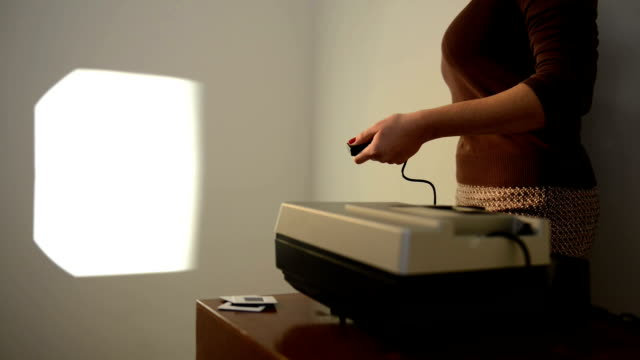 operating slide projector - diabild bildbanksvideor och videomaterial från bakom kulisserna