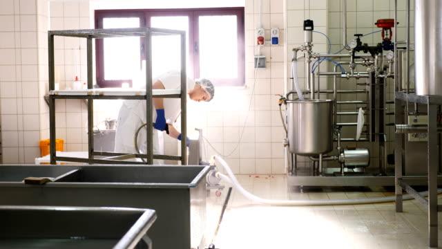vídeos de stock, filmes e b-roll de fábrica de queijo diário de fábrica de lavagem de operador - higiene