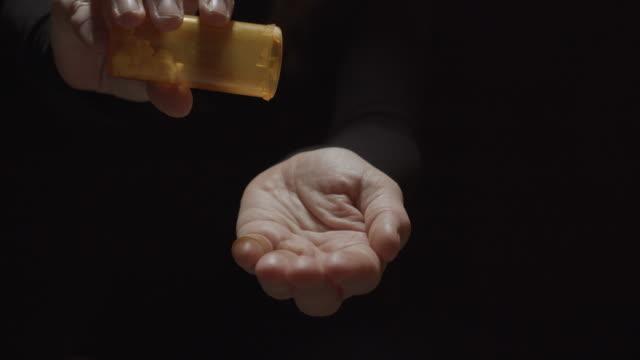 opioid verschreibung pille sucht auf schwarzem hintergrund - suchtkranker stock-videos und b-roll-filmmaterial