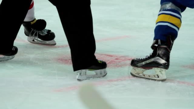 vidéos et rushes de s'opposant à des équipes de hockey jouer match, vérification des corps de joueurs rivaux sur la patinoire - hockey sur glace