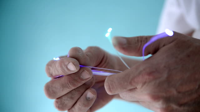 vídeos de stock, filmes e b-roll de de fibra ótica - fibra óptica