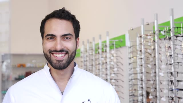 optiker arzt in ihrer nähe showcase mit brillen bei brillen shop - augenoptiker stock-videos und b-roll-filmmaterial