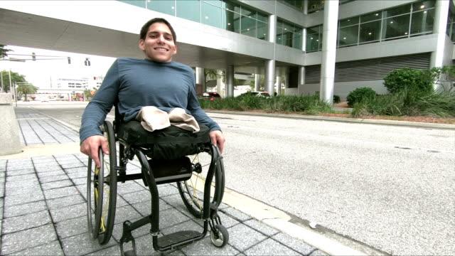 optimistiska ung man, amputerade i rullstol - fysiskt funktionshinder bildbanksvideor och videomaterial från bakom kulisserna