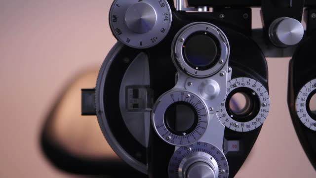 vidéos et rushes de opticien bureau examen ophtalmologique - réfracteur