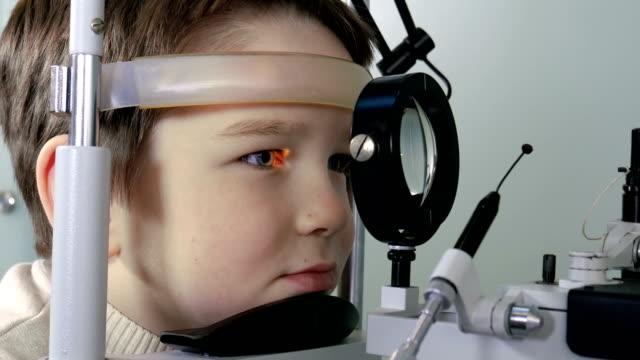 Optometrist uitvoeren gezichtsveld test van jonge jongen video