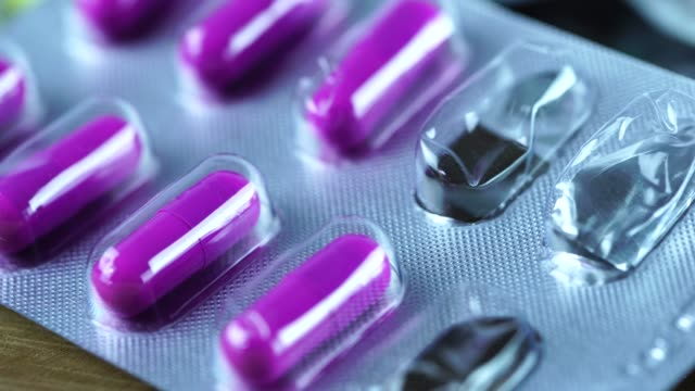 antibabypille auf apotheke zähler. - familienplanung stock-videos und b-roll-filmmaterial
