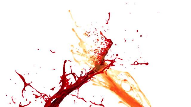 vídeos de stock e filmes b-roll de orange and red juice splash. slow motion - romã