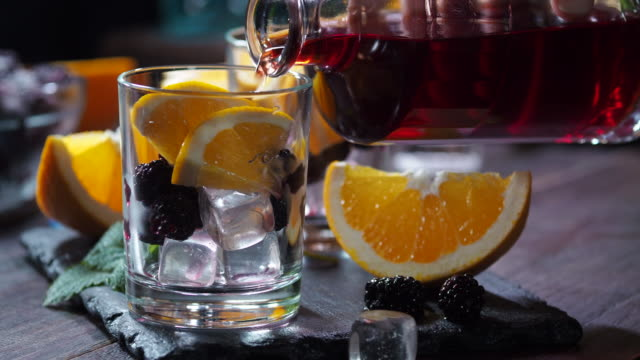 orange blackberry punch - rum superalcolico video stock e b–roll