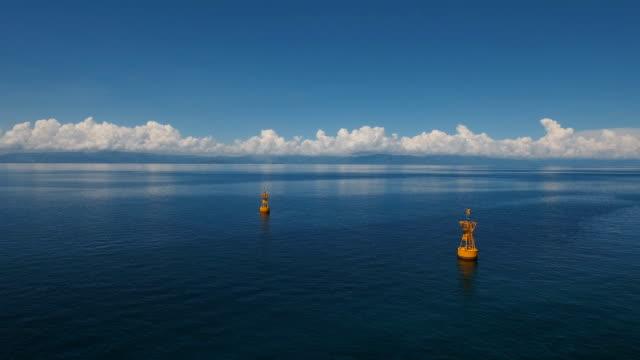 vídeos de stock, filmes e b-roll de laranja boia no mar - boia salva vidas