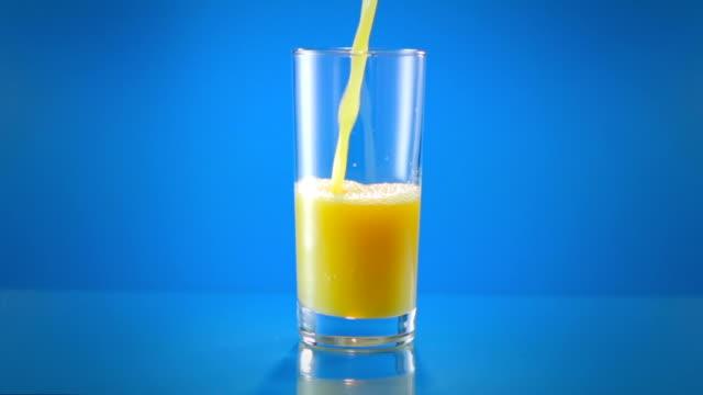 vídeos y material grabado en eventos de stock de vierta el vaso de jugo de naranja todo el - zumo