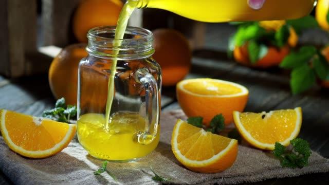 apelsinjuice hälla - konserveringsburk bildbanksvideor och videomaterial från bakom kulisserna