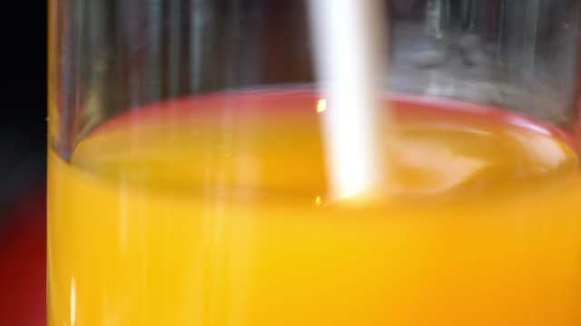 orange orangensaft - tropischer cocktail stock-videos und b-roll-filmmaterial