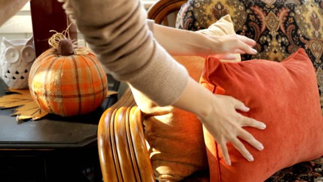 decorazione zucca arancione - decorazione festiva video stock e b–roll