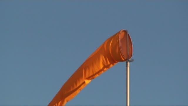 pomarańczowy rękaw-wskaźnik wiatru 1 - rękaw filmów i materiałów b-roll
