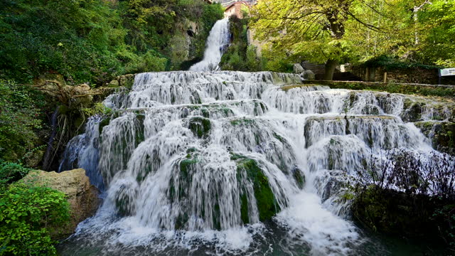 stockvideo's en b-roll-footage met orbaneja del castillo waterval, beroemde toeristische bestemming in de provincie burgos, castilla y leon, spanje. hoogwaardige 4k-beelden - stroom stromend water