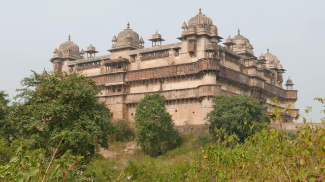 orchha palace, madhya pradesh. also spelled orcha, famous travel destination in india. - madhya pradesh filmów i materiałów b-roll