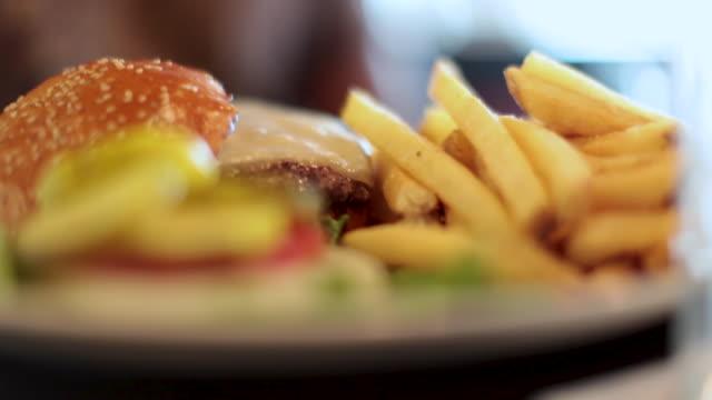 order up -  cheeseburger, garnish and fries - cheeseburger стоковые видео и кадры b-roll
