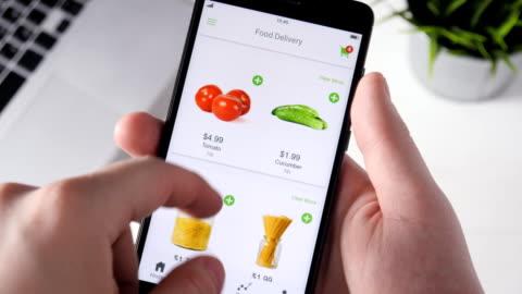 vidéos et rushes de alimentation de commande en ligne à l'aide de app smartphone - en rang
