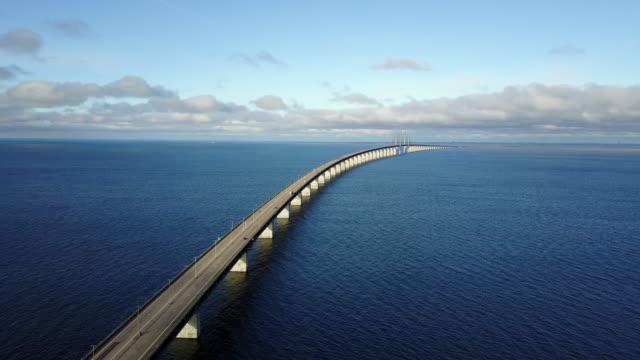 vídeos de stock, filmes e b-roll de ponte de oresund, conectando sweden e dinamarca - ponte
