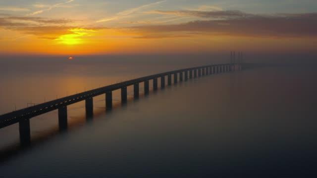 oresundsbron oresund bridge at sunset. - most konstrukcja wzniesiona przez człowieka filmów i materiałów b-roll