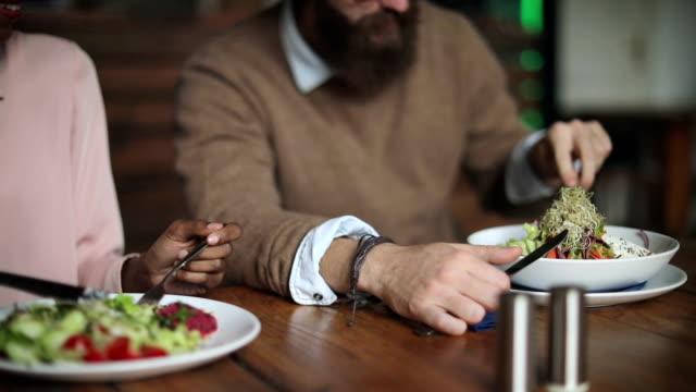 bio essen für gesundes leben - vegetarisches gericht stock-videos und b-roll-filmmaterial