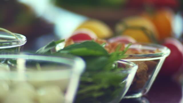 vídeos de stock e filmes b-roll de organic salad in the beautiful morning light. - saladeira